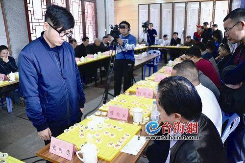 """中国象棋大师陈泓盛泉州参加1对30""""车轮战"""""""